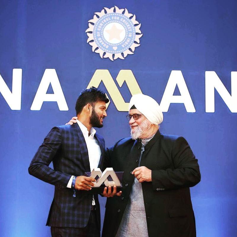 Former Indian cricketer Bishan Singh Bedi presenting BCCI's Lala Amarnath award for Best All-rounder to Jalaj Saxena