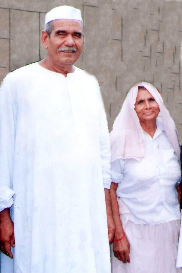 Mahendra Singh Tikait with his wife Baljori Devi