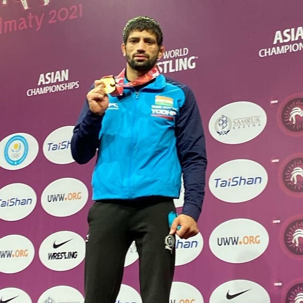 Ravi Kumar posing with gold medal at the 2020 Asian Championship