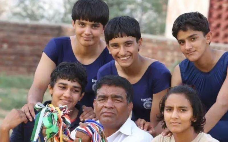Mahavir Singh while posing with Phogat sisters